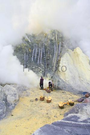 Добыча серы внутри кратера Кавах Иджен, Индонезия