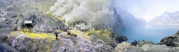 Серное озеро в кратере вулкана Иджен. Индонезия