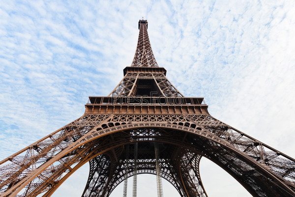 Фотография на тему Вид снизу Эйфелевой башни в Париже