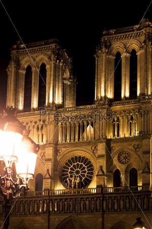 Фасад собора Нотр-Дам в Париже ночью