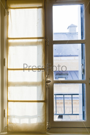 Фотография на тему Текстильные шторы на солнечном окне