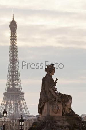 Статуя и Эйфелева башня в Париже