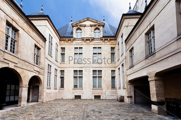 Двор типичного старого дома в Париже