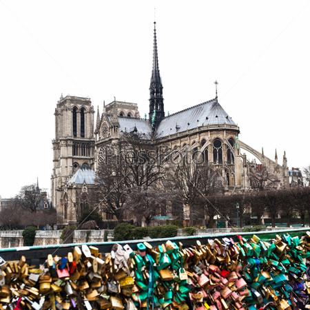 Любовные замки у собора Нотр-Дам в Париже