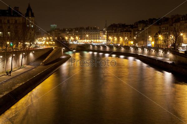 Река Сена в Париже ночью