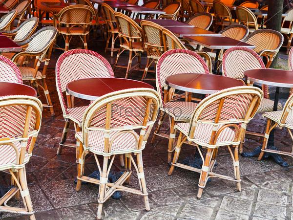 Тростниковые кресла в парижском кафе