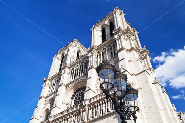 Городской фонарь и собор Нотр-Дам де Пари