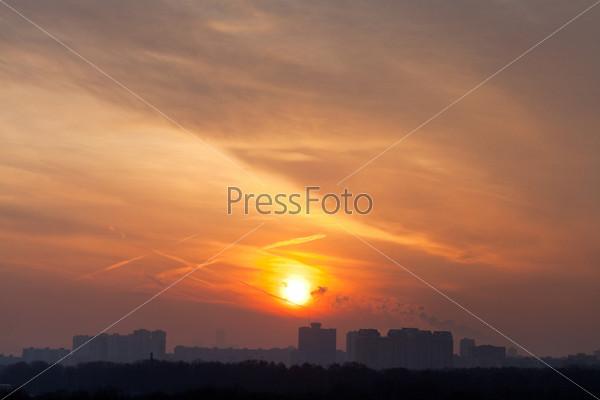 Оранжевое восходящее солнце