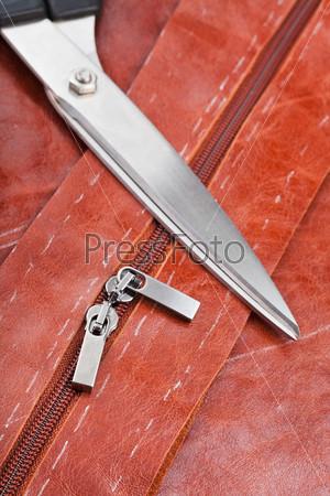 Портновские ножницы и бегунки на молнии