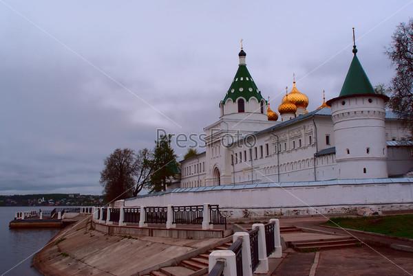 Фотография на тему Православный монастырь на берегу реки Волги