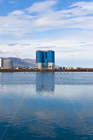 Большие контейнеры в коммерческом порту в Северной Исландии
