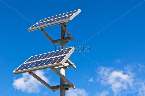 Панели солнечных батарей на фоне синего неба