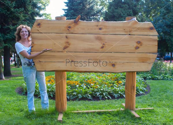 Фотография на тему Женщина возле пустого деревянного щита