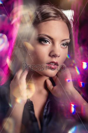 Портрет красивой молодой женщины на абстрактном фоне