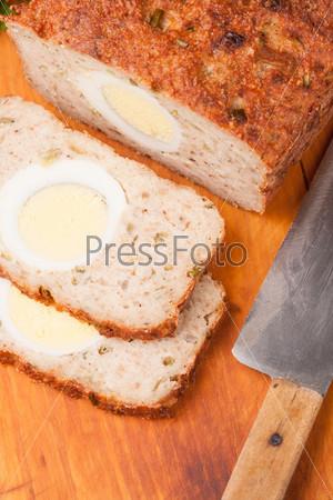 Мясной хлеб на деревянной доске