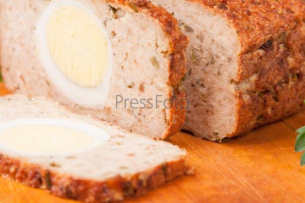 Фотография на тему Мясной хлеб на деревянной доске