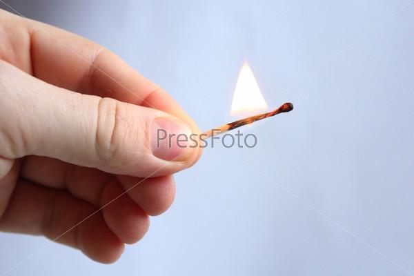 Фотография на тему Рука с горящей спичкой