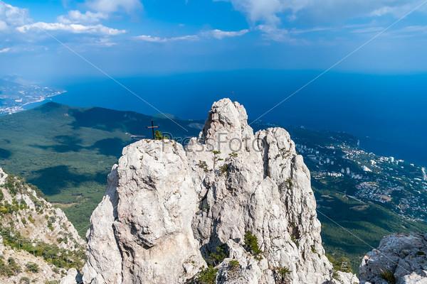 Горы на фоне голубого неба