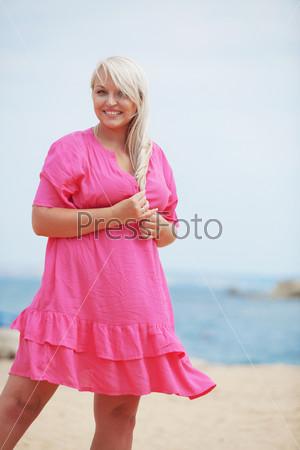 Фотография на тему Женщина отдыхает на пляже