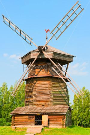 Старинная русская деревянная мельница. Россия. Суздаль