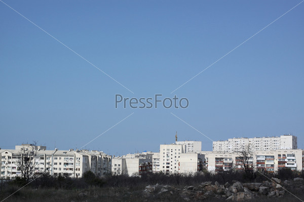 Фотография на тему Окраина города. Спальный район. Мало взрослых деревьев. Безоблачное небо