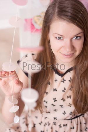 Девушка в розовом платье, элегантная спальня