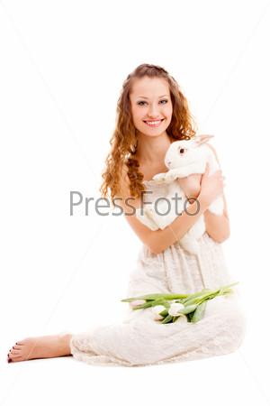 Счастливая женщина сидит на полу