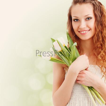 Счастливая женщина держит белые тюльпаны
