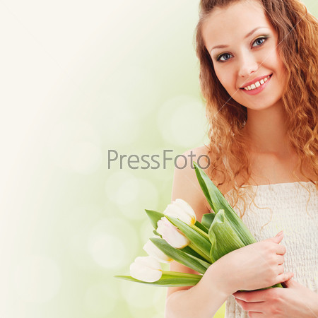 Фотография на тему Счастливая женщина держит белые тюльпаны