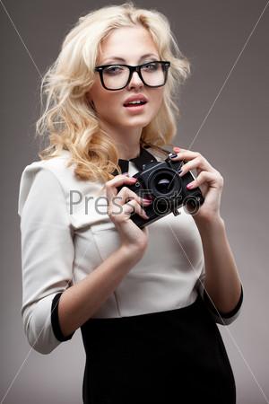 Блондинка в очках с фотокамерой