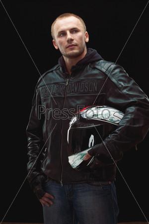 Фотография на тему Мужчина в черной кожаной куртке