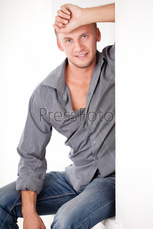 Фотография на тему Мужчина в одежде в стиле кэжуал