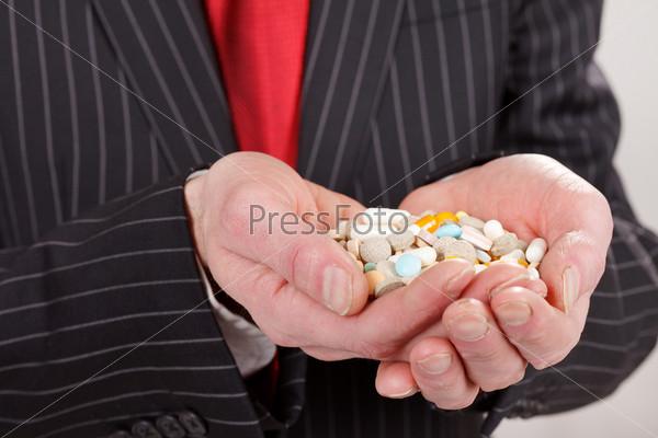 Фотография на тему Человек держит таблетки