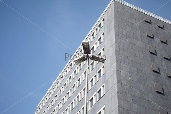 Небо и современное офисное здание