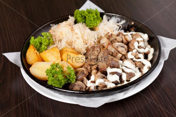 Мясо с картофелем в тарелке