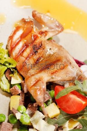 Перепел на мясном салате
