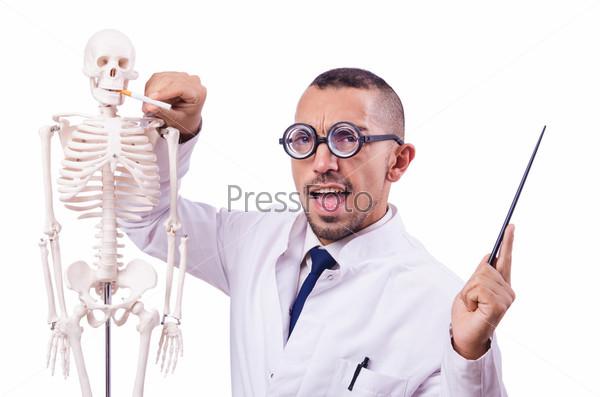 Забавный доктор со скелетом, изолированный на белом