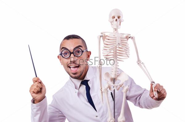 Фотография на тему Забавный доктор со скелетом, изолированный на белом