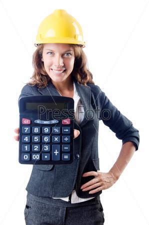 Строитель с калькулятором на белом фоне