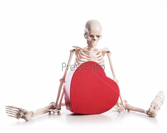 Концепция влюбленности со скелетом и подарочной коробкой