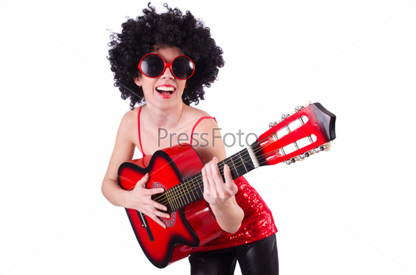 Молодая певица с афро и гитарой
