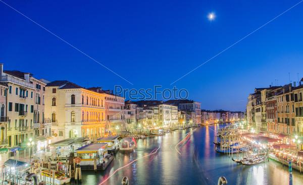 Венеция, Италия. Вид с моста Риальто. Риальто – большой мост в Венеции