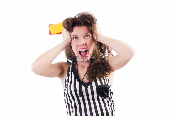 Женщина-рефери с карточками на белом фоне