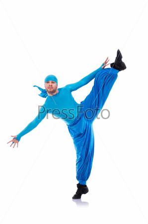 Танцор в широких брюках на белом фоне