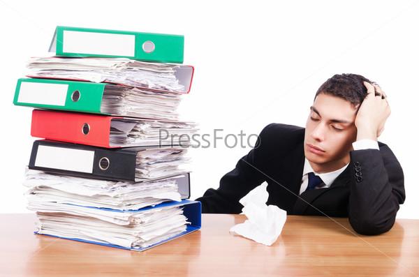 Занятый мужчина в офисе
