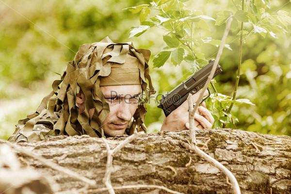 Фотография на тему Закамуфлированный военный