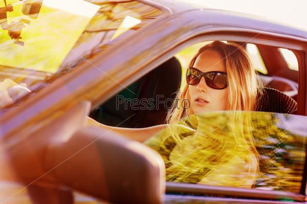 Красивая молодая сексуальная женщина в автомобиле
