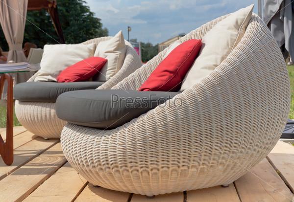 Кресла с цветными подушками на открытом воздухе