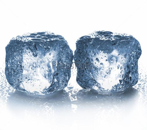 Кубики льда, изолированные на белом фоне