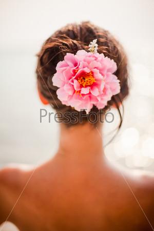 Фотография на тему Брюнетка с розовыми розами в волосах